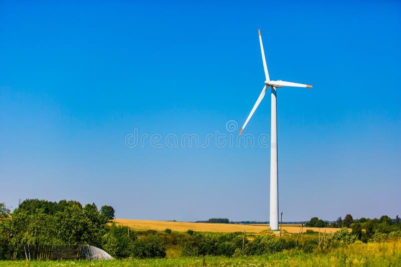 Risorsa energetica di energia alternativa Generatore eolico situato sulle periferie immagini stock