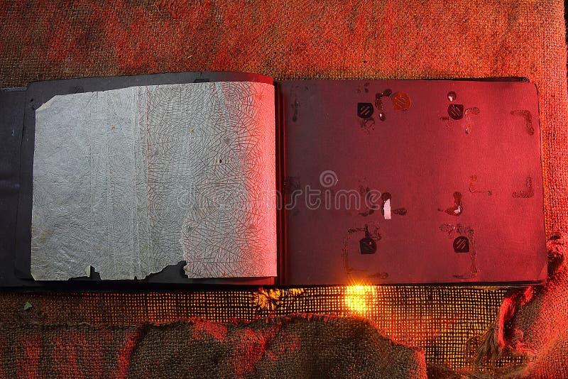 Risorse grafiche Vecchi ambiti di provenienza dell'album di foto per creatività La tonalità di rosso fotografia stock