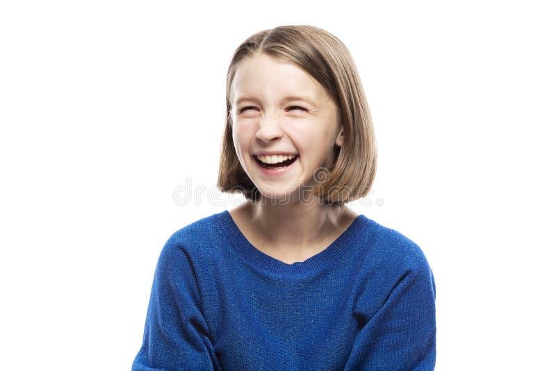 Risos adolescentes bonitos da menina, fechando seus olhos Close-up Isolado em um fundo branco fotografia de stock