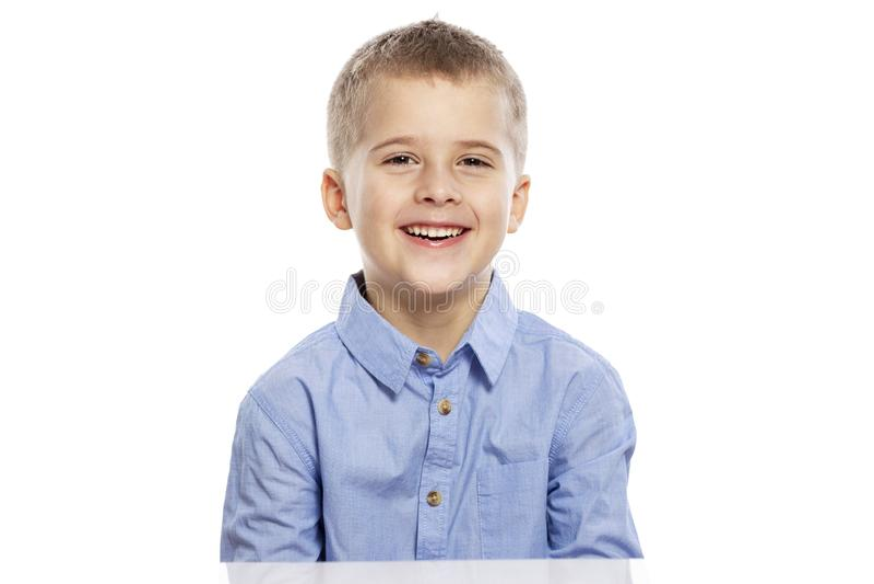 Risos bonitos do menino Close-up Isolado no fundo branco fotos de stock royalty free