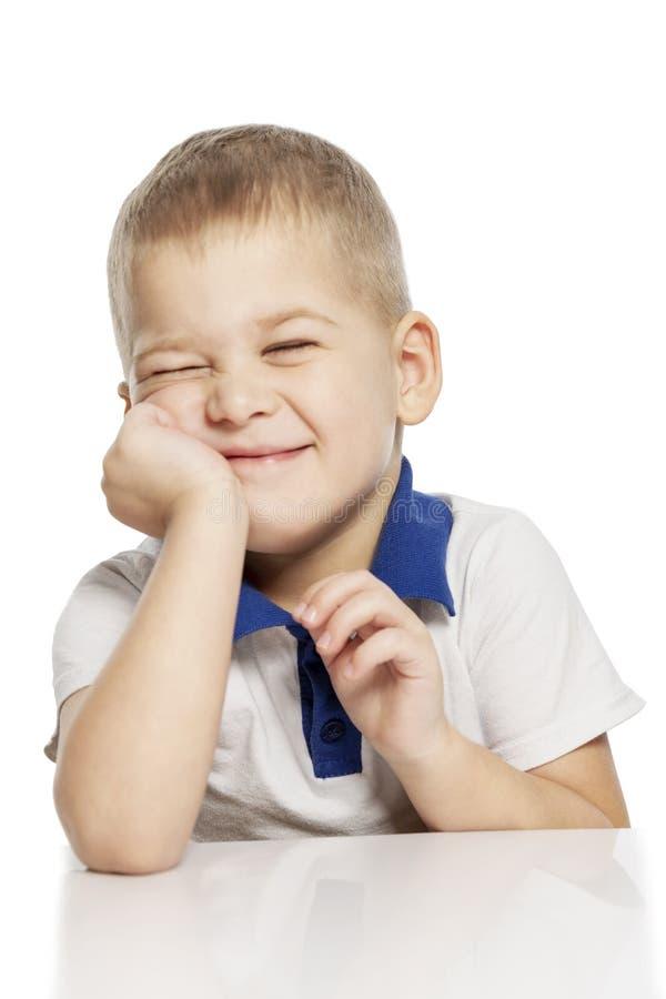 Risos bonitos do rapaz pequeno, isolados no fundo branco foto de stock royalty free