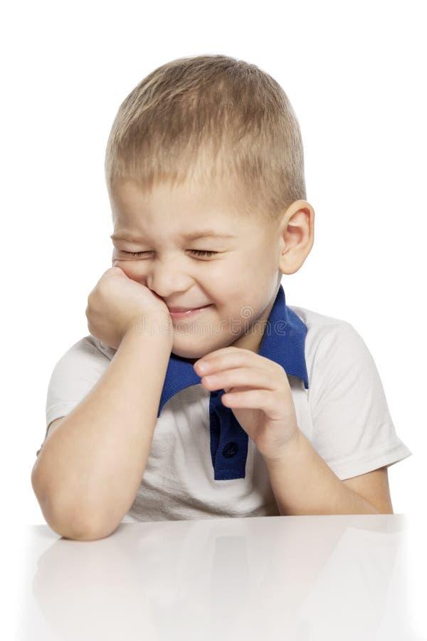 Risos bonitos do rapaz pequeno, isolados no fundo branco imagens de stock