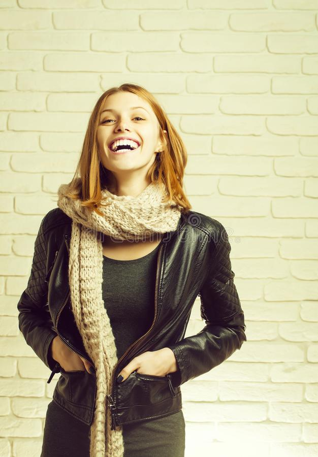 Risos bonitos bonitos felizes da menina fotografia de stock royalty free