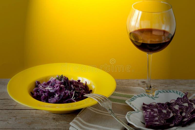 Risoto da couve vermelha e vidro do vinho fotos de stock