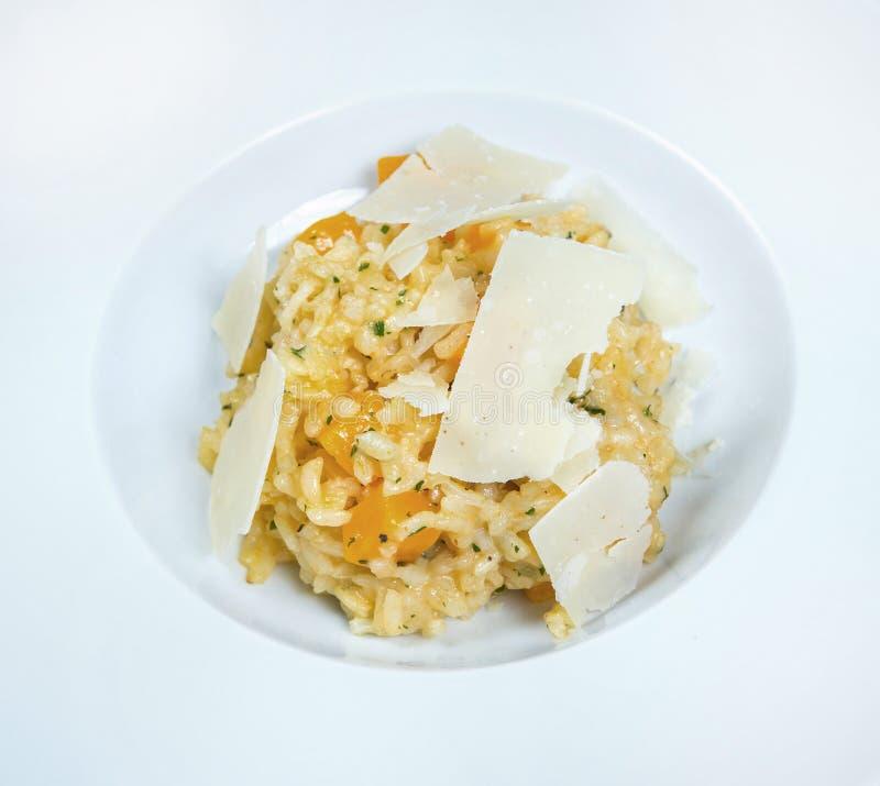 Risoto italiano do prato com os cogumelos e queijo parmesão brancos selvagens em uma placa branca fotos de stock royalty free