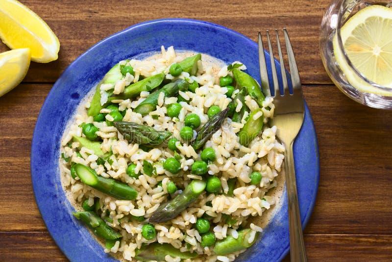 Risoto verde do aspargo, da ervilha e do arroz integral imagens de stock