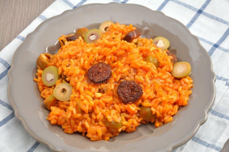 Risotto με τις ντομάτες, τις ελιές και chorizo στοκ φωτογραφίες με δικαίωμα ελεύθερης χρήσης