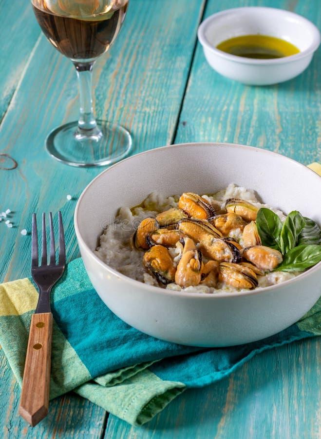 Risotto avec des moules Cuisine italienne Nutrition appropri?e Nourriture v?g?tarienne image libre de droits