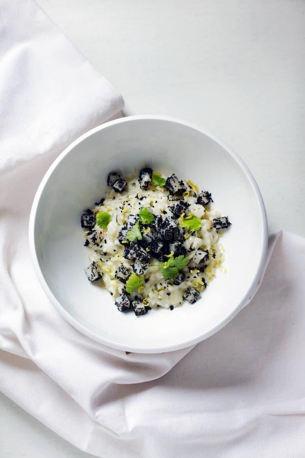Risotto avec du lait, le topinambour ou le topinambur, champignons secs photographie stock