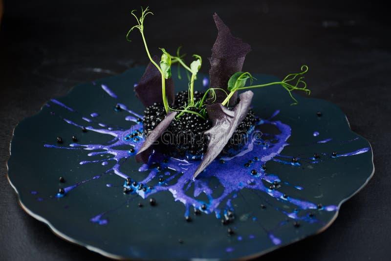 Risotto con tinta de las jibias y el caviar negro fotos de archivo libres de regalías