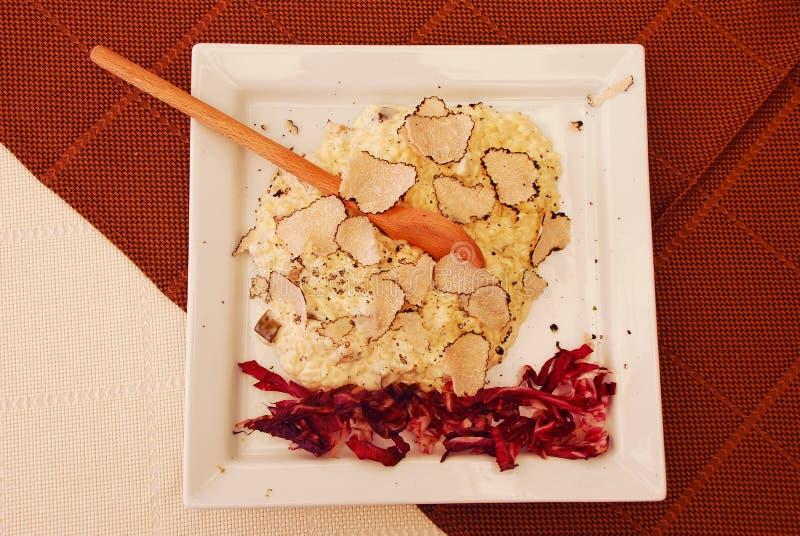 Risotto crémeux avec la truffe blanche fraîchement coupée en tranches photographie stock libre de droits