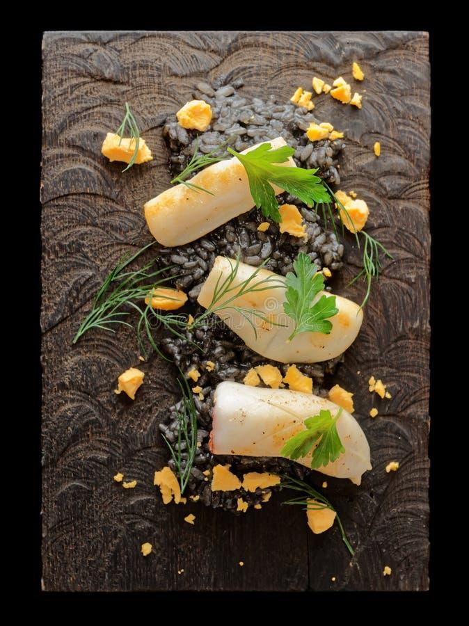 Risotto d'encre de Blackcuttlefish avec calamar grillé photo stock