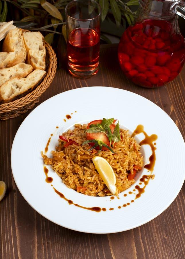 Risotto de la salsa de curry del tomate con las hierbas foto de archivo libre de regalías