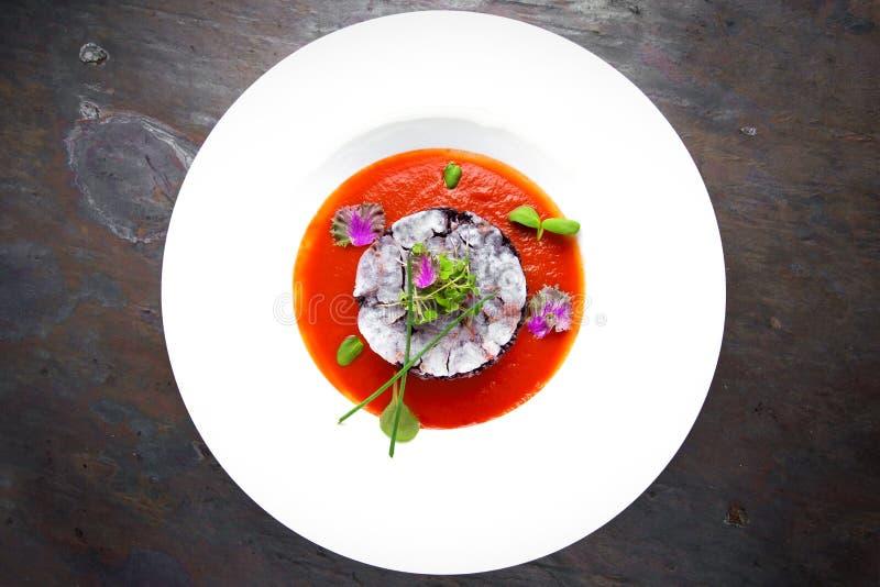 Risotto de riz noir avec des poissons en sauce tomate Restaurant italien carte photos stock