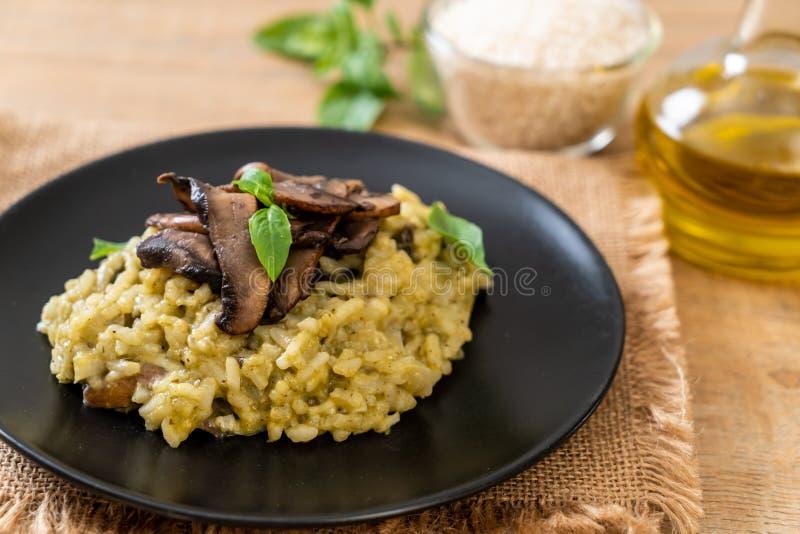 Risotto del fungo con il pesto ed il formaggio fotografie stock libere da diritti