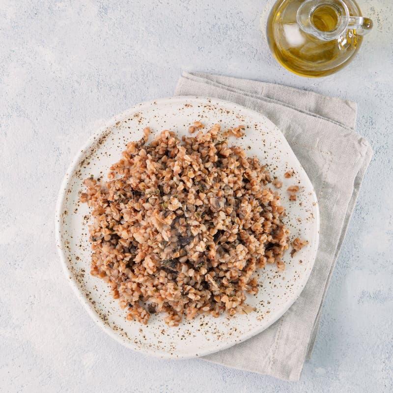 Risotto del grano saraceno con i funghi secchi fotografie stock