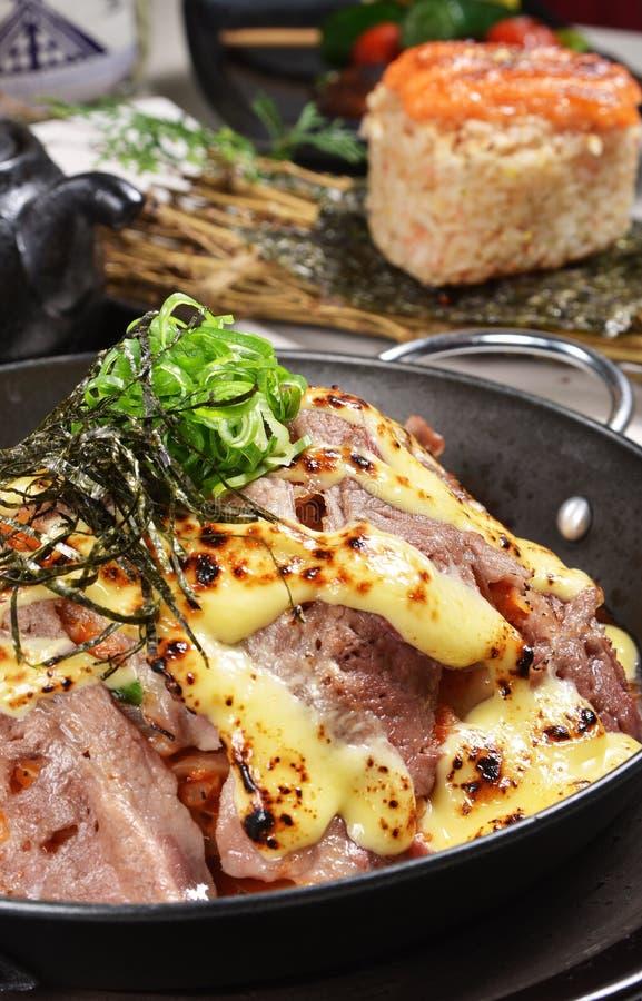 Risotto med bakad nötkött, kimchi och ost arkivfoto
