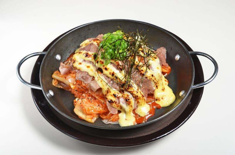 Risotto med bakad nötkött, kimchi och ost royaltyfri bild