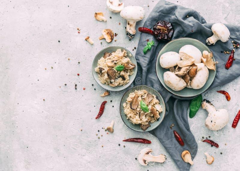 Risotto med porcini plocka svamp på träbakgrund arkivfoton