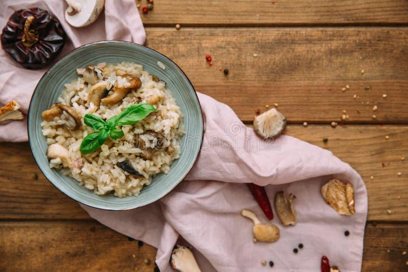 Risotto mit porcini Pilzen und Thymiannahaufnahme auf der Platte lizenzfreies stockbild