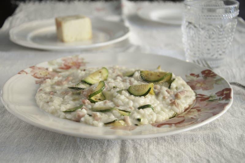 Risotto mit Zucchini-, Pancetta- und Taleggiokäse lizenzfreies stockbild
