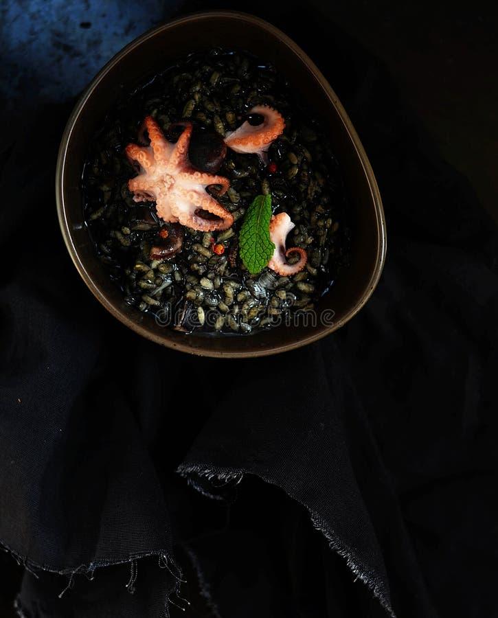 Risotto negro con el pulpo imagenes de archivo
