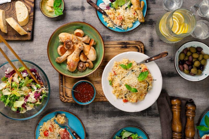 Risotto, piernas de pollo asadas, bocados y limonada Alimento italiano imagenes de archivo