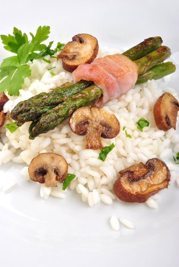 risotto rijst met asperge en peterselie royalty-vrije stock afbeeldingen