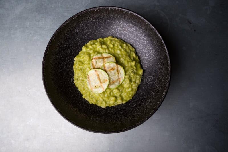Risotto verde con lo zucchini fotografia stock