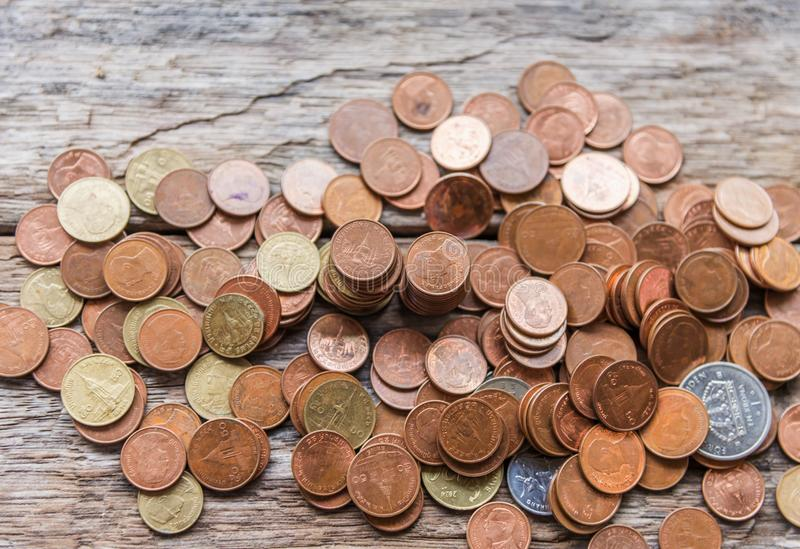 Risparmi i soldi e rappresenti attività bancarie il concetto di affari di finanza fotografie stock