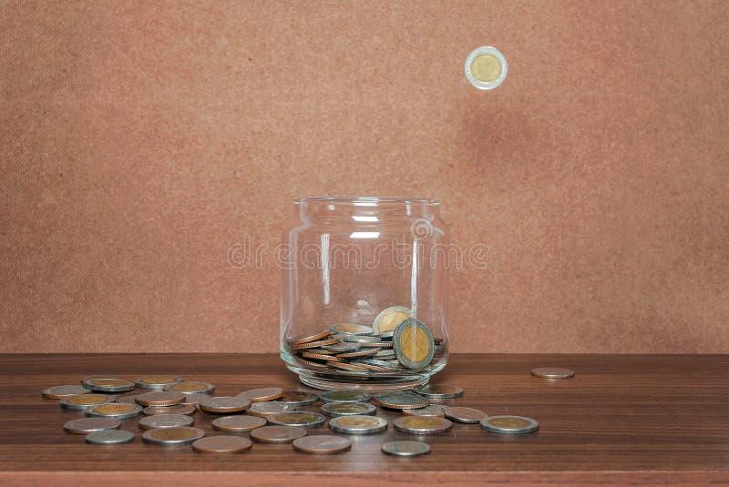 Risparmi i soldi e rappresenti attivit? bancarie il concetto di affari di finanza immagine stock libera da diritti