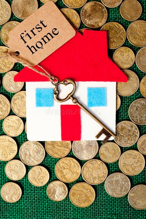 Risparmi soldi di casa - primo domestico fotografia stock