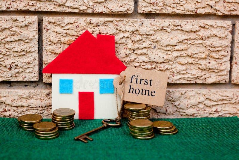 Risparmi soldi di casa - primo domestico immagine stock