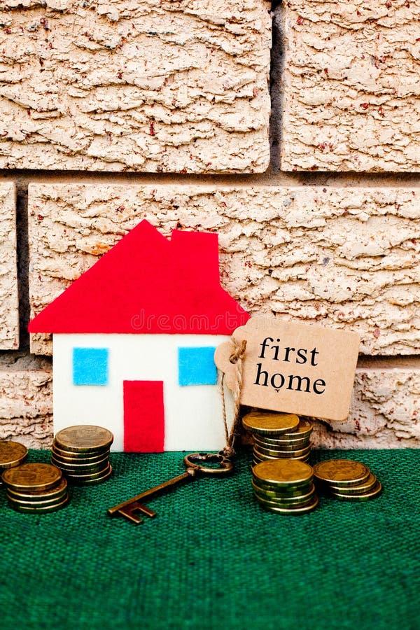 Risparmi soldi di casa - primo domestico fotografie stock libere da diritti