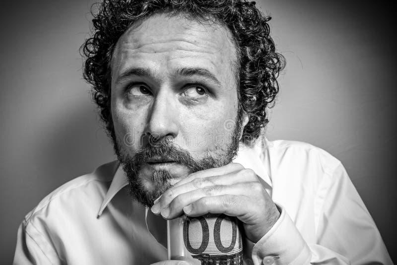 Risparmiatore, uomo con l'espressione intensa, camicia bianca fotografia stock