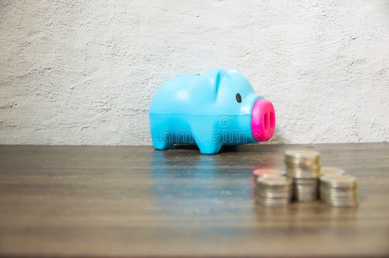Risparmio dalla raccolta delle monete piccole immagine stock