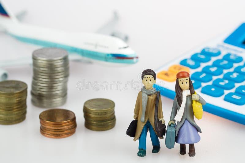 Risparmio di viaggio e concetto di piallatura miniat del viaggiatore della gente delle coppie fotografia stock libera da diritti