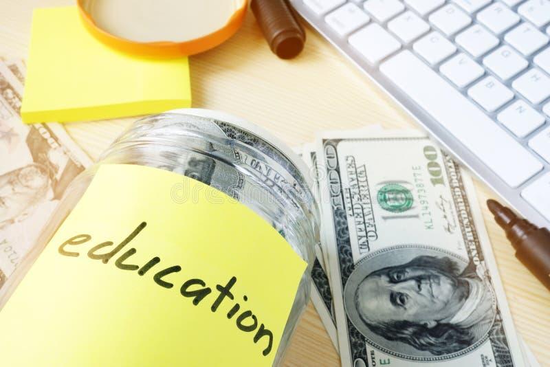 Risparmio per il concetto di istruzione Barattolo con i dollari immagini stock libere da diritti