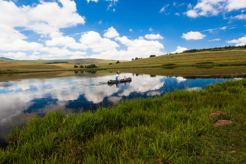 Rispecchi i bambini della canoa del lago fotografia stock libera da diritti