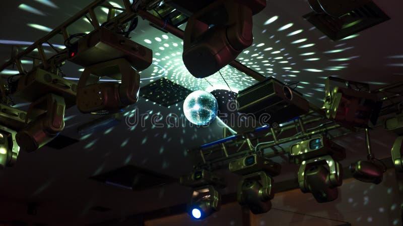 Rispecchi la palla della discoteca con le luci riflesse sul soffitto fotografia stock libera da diritti