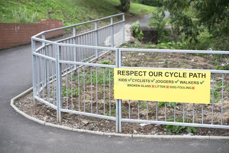 Rispetti la nostra pista ciclabile per il segno giallo dei bambini dei camminatori dei pareggiatori dei ciclisti sul recinto fotografia stock