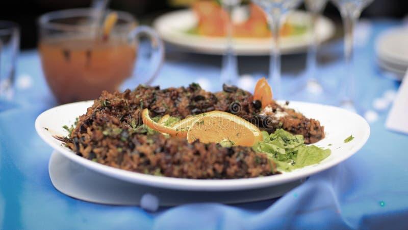 Rispilaff med kött och grönsaker på ferietabellen arkivfoto