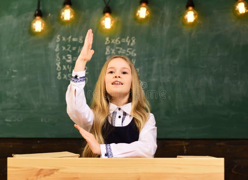 Risposta Conosco la risposta risposta a qualsiasi domanda la tenuta della ragazza ha sollevato la mano perché conosce la risposta immagine stock libera da diritti