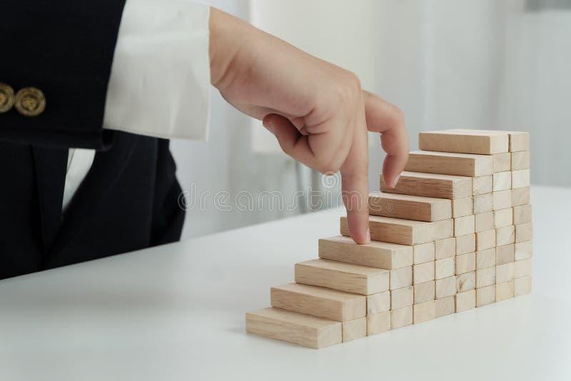 Risque et strat?gie de planification dans l'homme d'affaires jouant pla?ant le bloc en bois image libre de droits