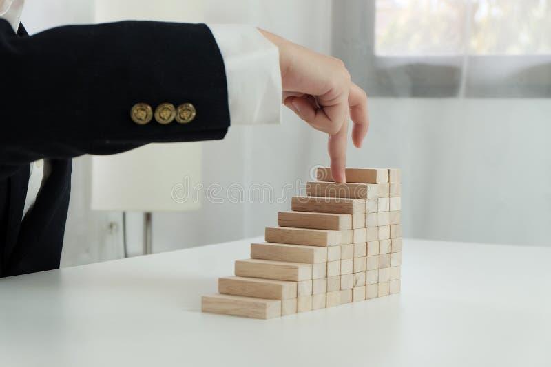 Risque et strat?gie de planification dans l'homme d'affaires jouant pla?ant le bloc en bois Concept d'affaires pour le processus  images libres de droits