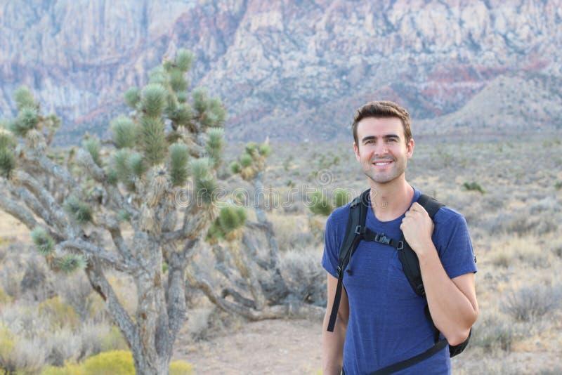 Risquez, voyagez, tourisme, hausse et concept de personnes - équipez le sac à dos noir de transport augmentant dans les montagnes image libre de droits