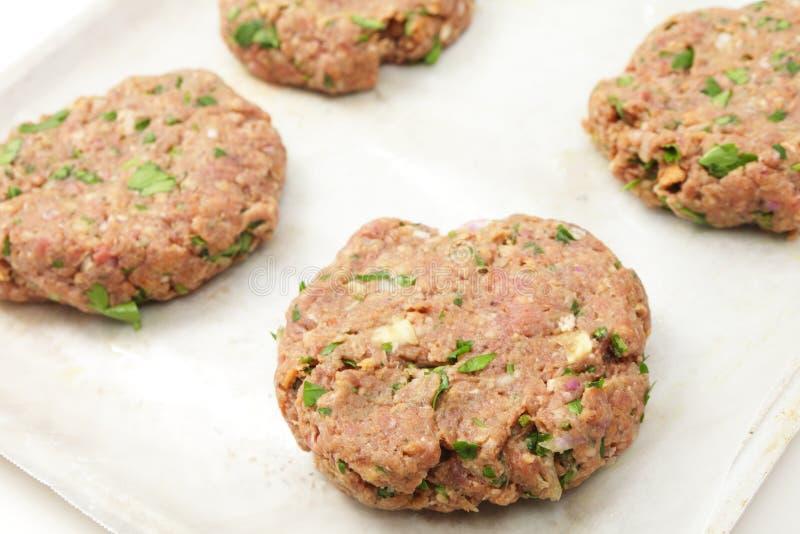 Rissóis caseiros do bife hamburguês fotos de stock