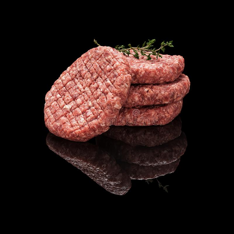 Rissóis crus da carne fotografia de stock