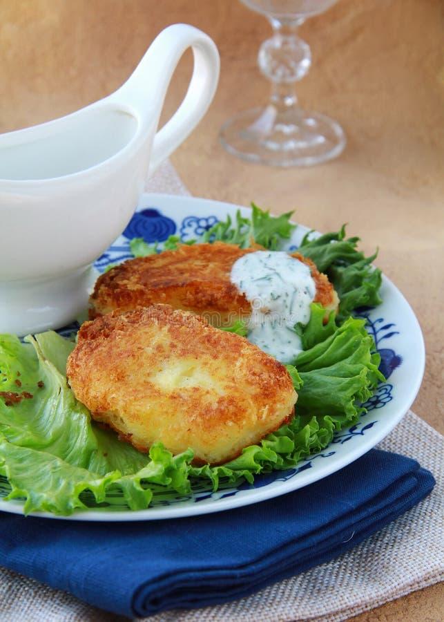 Rissóis da batata com salada verde fotos de stock