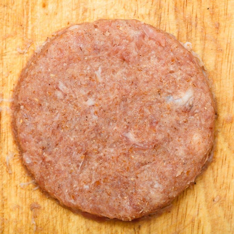 Rissol suculento fresco da carne picada crua em um close up da placa de madeira fotos de stock royalty free